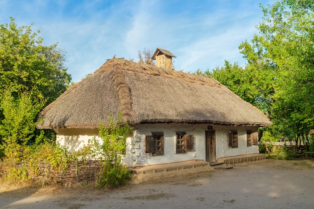 Ancienne maison ukrainienne c'est cabane du xixe siècle dans le village de pirogovo