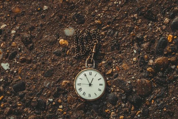 Ancienne montre de poche au sol. le concept du temps qui passe