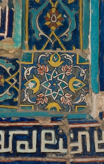 Ancienne mosaïque en céramique asiatique. éléments d'ornement oriental sur les carreaux de céramique
