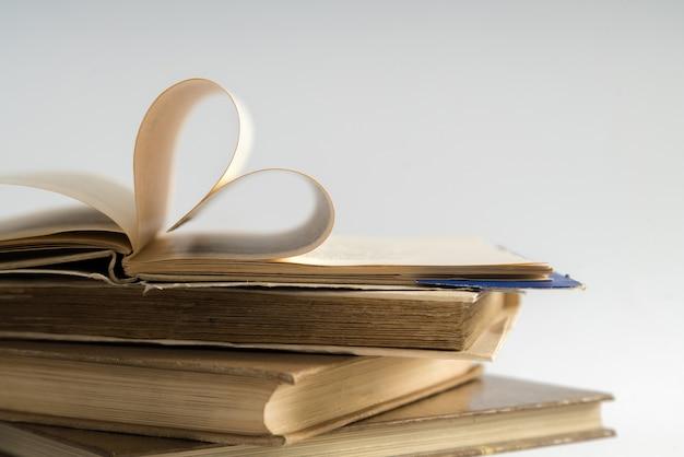 Ancienne page de livre à couverture rigide décorer en forme de coeur pour l'amour à la saint-valentin.
