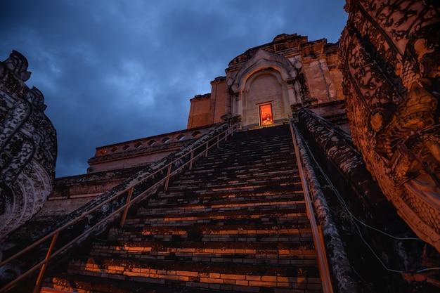 Ancienne pagode au temple wat chedi luang dans la province de chiang mai, thaïlande