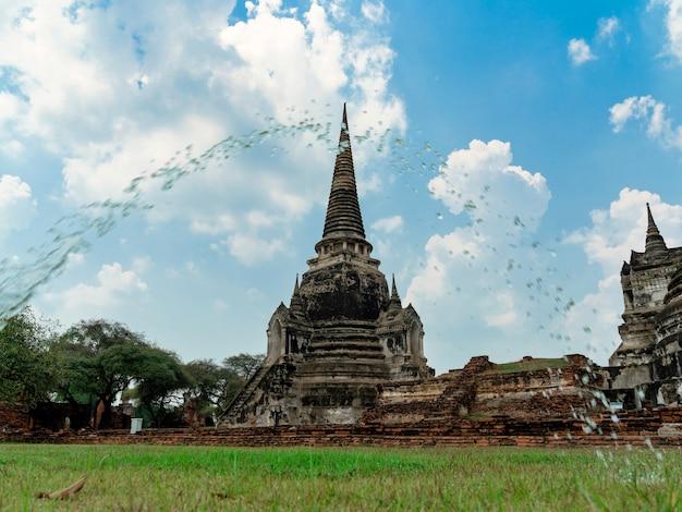 Ancienne pagode (chedie) ruines de l'ancienne capitale du siam ayutthaya avec courbe de goutte d'eau au premier plan au temple wat phra si sanphet, lieu célèbre pour voyager dans la province de phra nakhon si ayutthaya, thaïlande