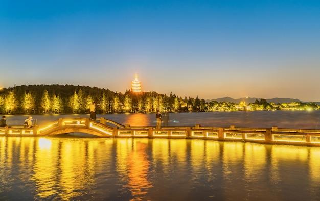 Ancienne pagode chinoise au coucher du soleil, lac de l'ouest, hangzhou, chine