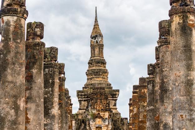 Ancienne pagode du temple bouddhiste du parc historique de sukhothai, patrimoine mondial de l'unesco.