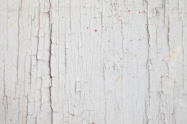 Ancienne peinture murale en bois qui s'écaille.