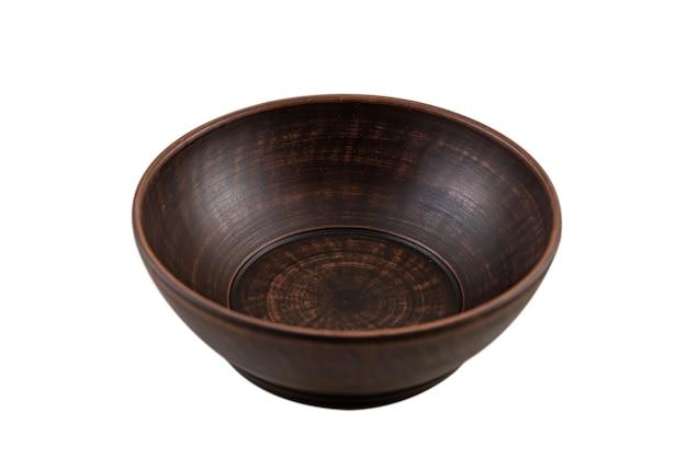 Ancienne plaque d'argile brune en céramique isolée sur blanc. fait main