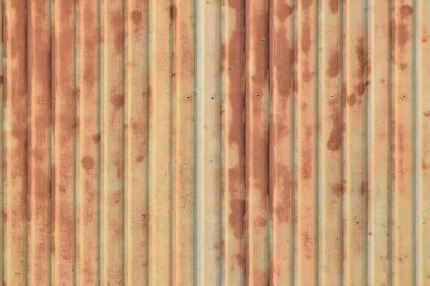 Ancienne plaque galvanisée de faîtage rouillée