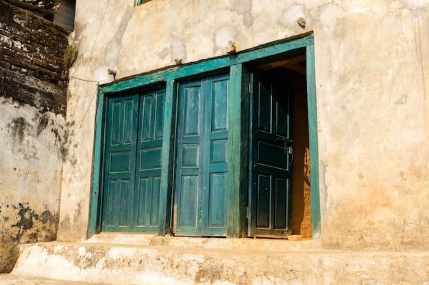 Ancienne porte en bois dans le vieux mur de pierre