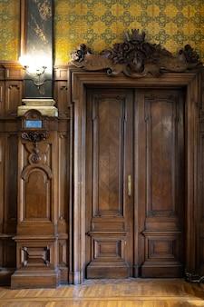 Ancienne porte en bois ornée d'antiquités avec de belles sculptures rétro