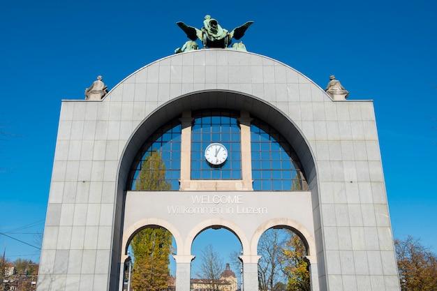 L'ancienne porte de la gare de lucerne est en face de la nouvelle pour rester l'ancienne architecture de la gare