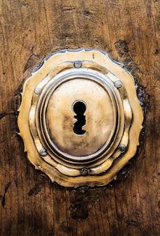 Ancienne porte italienne (estimée à 200 ans) en toscane. trou de serrure utile pour les concepts.