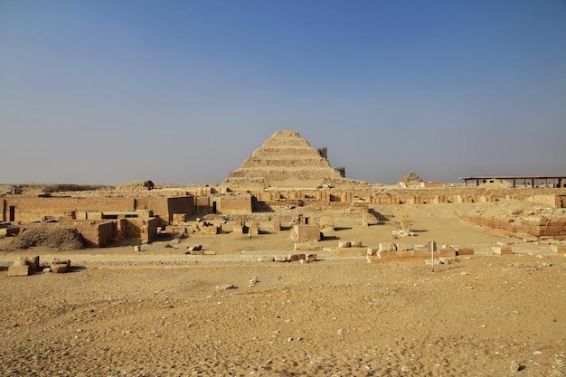 Ancienne pyramide de sakkara dans le désert d'egypte