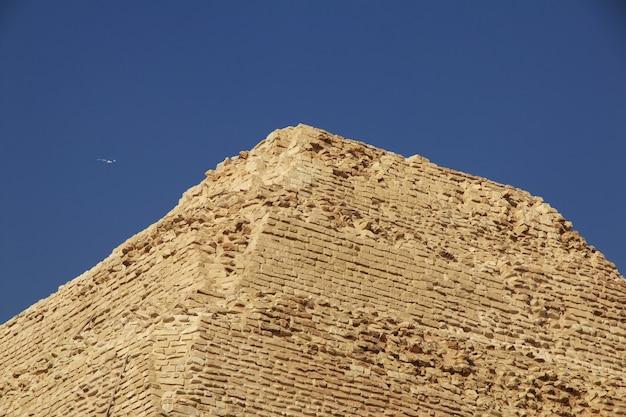 Ancienne pyramide de sakkara dans le désert d'égypte