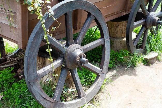 Ancienne roue en bois vintage roue de charrette en bois du ème siècle