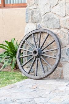 Ancienne roue de calèche utilisée comme décoration dans une maison