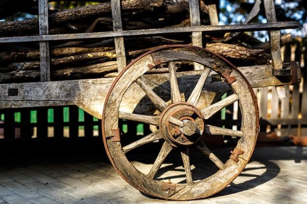 Ancienne roue de charrette en bois