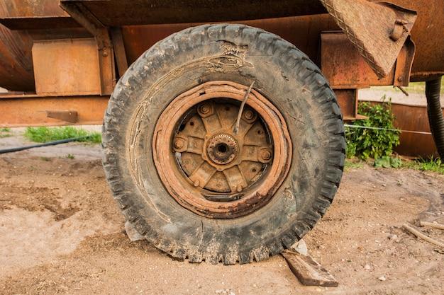L'ancienne roue de la remorque