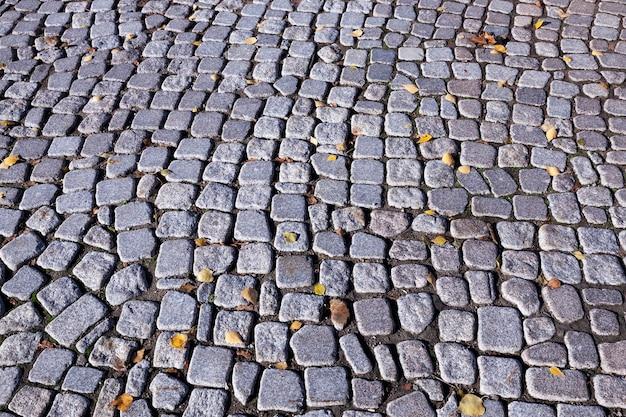 L'ancienne route, faite de rochers et de rochers, photographiée en gros plan