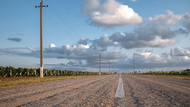 L'ancienne route le long des vignes sur fond de ciel nuageux