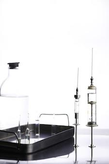 Ancienne seringue médicale en métal rétro et accessoires sur la table