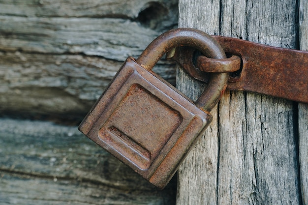 Ancienne serrure rouillée sur une vieille porte en bois