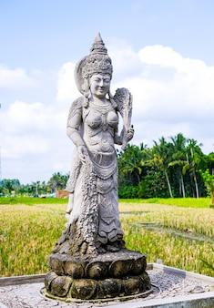 Une ancienne statue d'une femme en indonésie