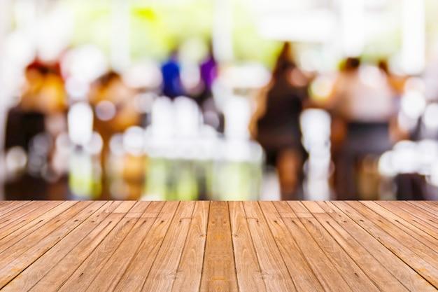 Ancienne table en bois avec fond de café-restaurant flou