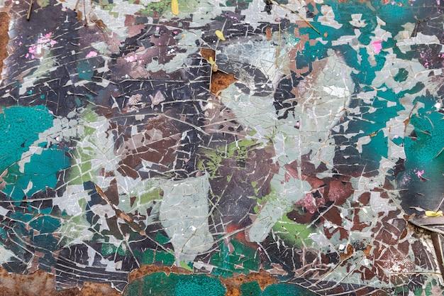 Ancienne texture de peinture camouflée fissurée sur métal