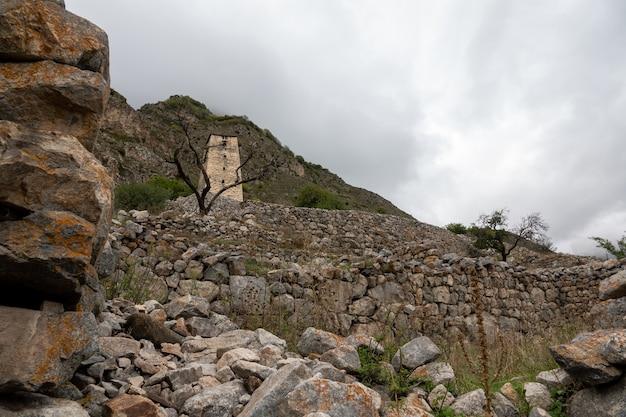 Ancienne tour de guet abaev en haute balkaria en automne