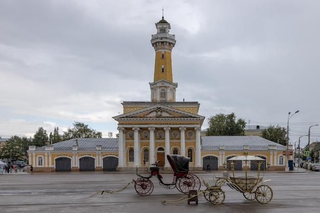 Ancienne tour d'incendie avant la tempête. kostroma, russie