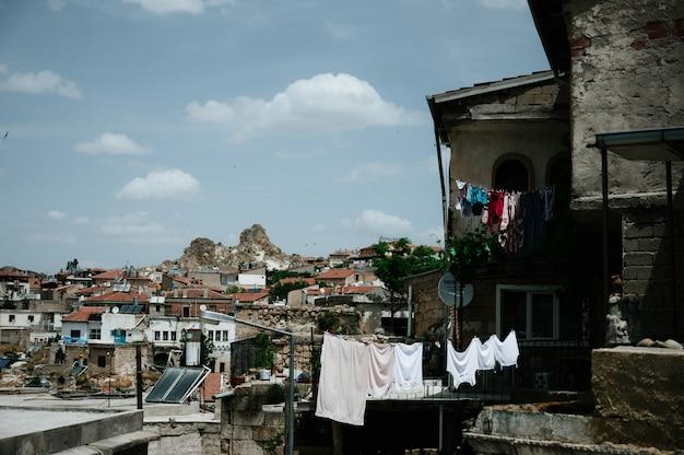 Ancienne ville et un château d'uchisar creusés dans les montagnes après le lever du soleil, cappadoce, turquie