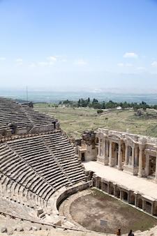 Ancienne ville de hiérapolis, pamukkale, turquie. la beauté fascinante et magnifique des sites historiques est ici. hiérapolis de phrygie, denizli, turquie