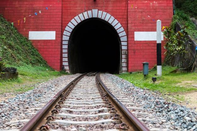 Ancienne voie ferrée, chemin de fer en acier pour trains. chemin de fer au tunnel rouge en thaïlande.