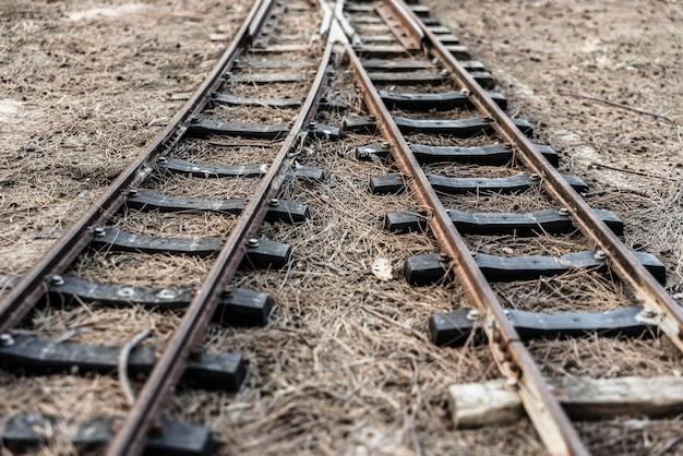 Ancienne voie ferrée avec des rails bifurquant dans deux directions différentes