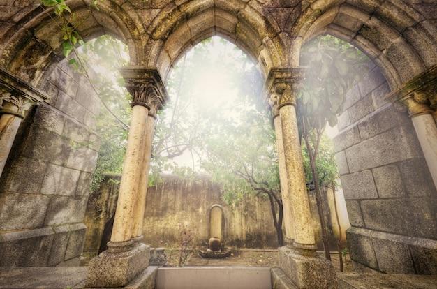 Anciennes arcades gothiques dans le myst. paysage fantastique à evora, au portugal.