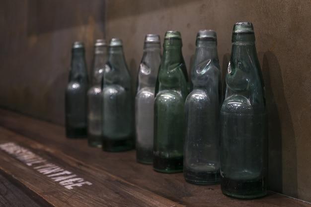 Anciennes bouteilles vintage sur l'étagère décorées dans la maison pour un style de décoration rétro vintage.