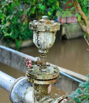 Anciennes canalisations industrielles et vannes