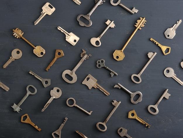 Anciennes clés rouillées se verrouillant sur une surface rustique en bois sombre