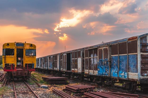 Anciennes épaves de train laissées en attente de réparations
