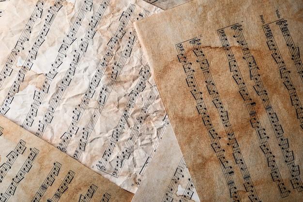 Anciennes feuilles de musique sur table