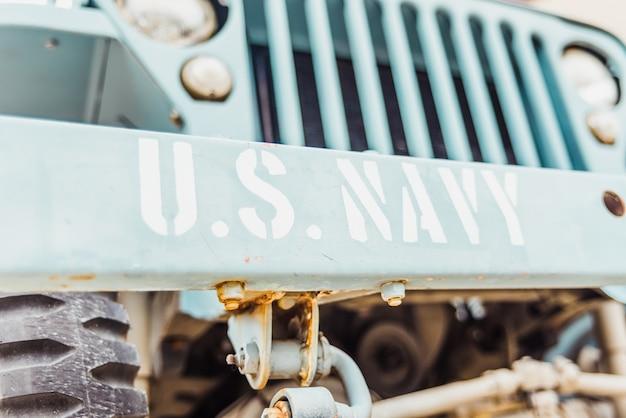 Anciennes plaques d'immatriculation des véhicules de guerre utilisées comme attraction touristique avec la devise us navi