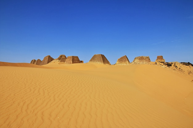 Anciennes pyramides de méroé dans le désert du sahara
