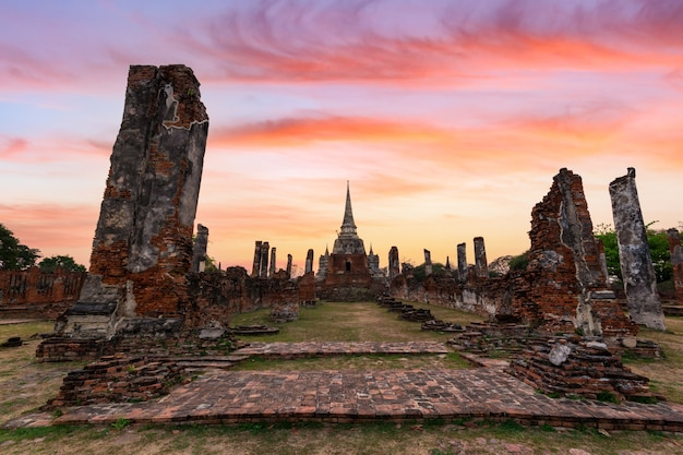 Les anciennes ruines du temple wat phra si sanphet dans le parc historique d'ayutthaya, ayutthaya, thaïlande