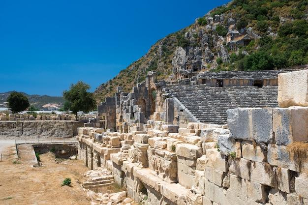 Anciennes tombes taillées dans la roche à myra, demre, turquie