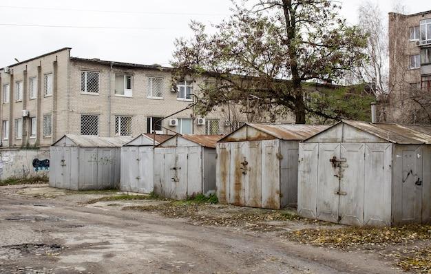 Anciens garages abandonnés