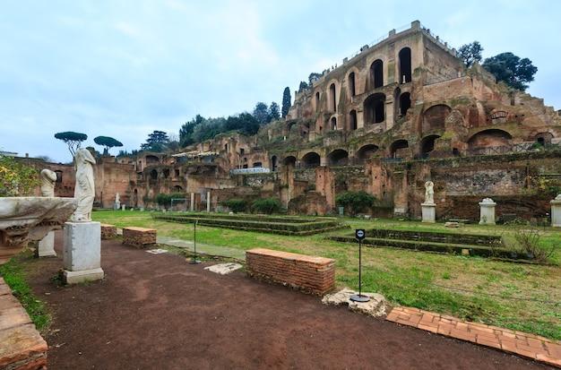 Anciens jardins de la maison des vestales en face de ruines de grenier, forum romain, rome, italie, europe.