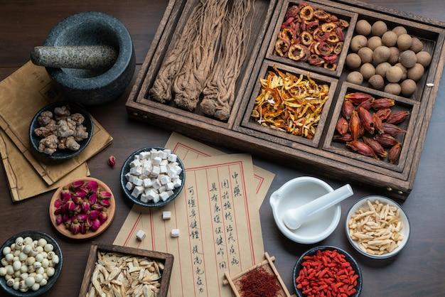 Anciens livres de médecine chinoise et herbes sur la table