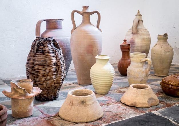 Anciens pots en terre cuite sicilienne