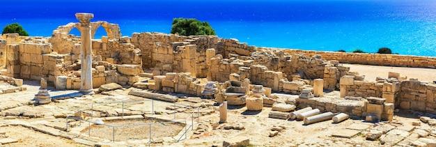 Anciens temples et mer turquoise