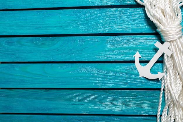 Ancre sur fond de bois bleu. concept de voyage
